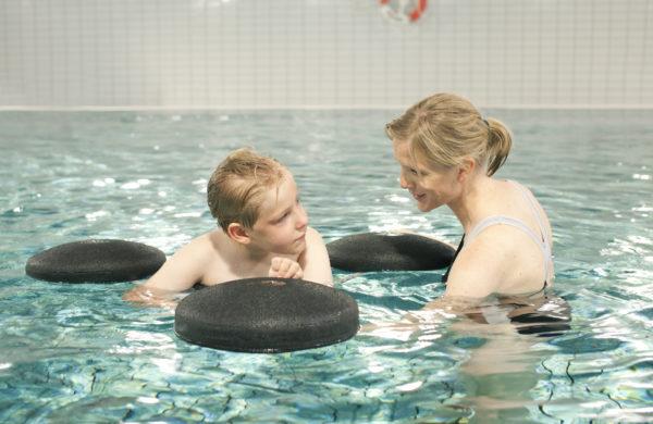 Child using Krabat Pirat to float in pool on 3 discs